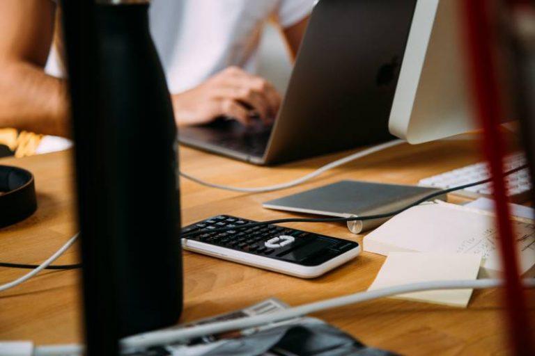 Por que os cálculos trabalhistas são fundamentais para a organização financeira de uma empresa?